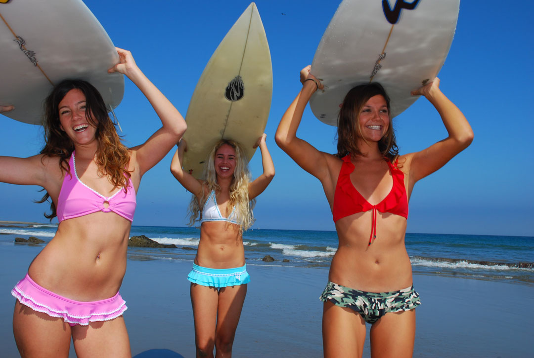 Girls surf stress free - Mancora beach