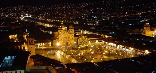 Cusco de noche, hermosa vista de la Plaza de Armas del Cusco